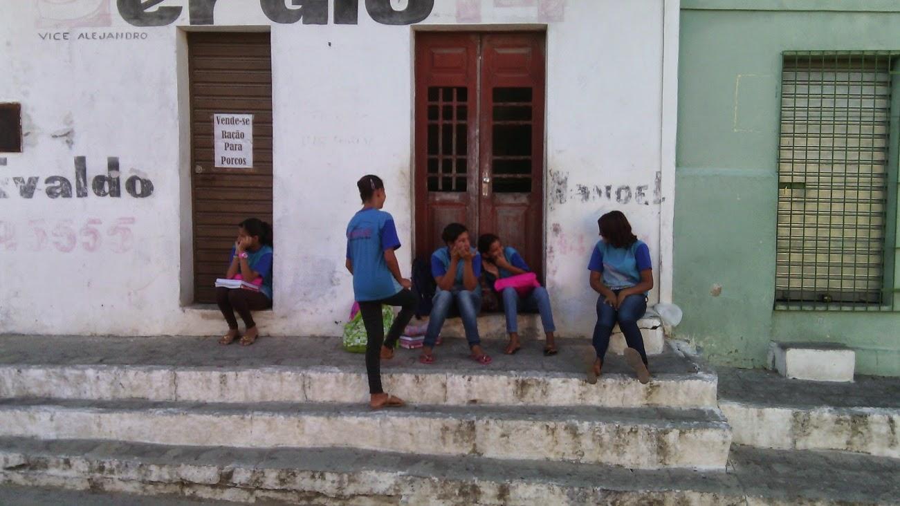 Sala de aula na Rua João Cavalcante, ao lado da Escola Municipal Rui Barbosa em cruzes.