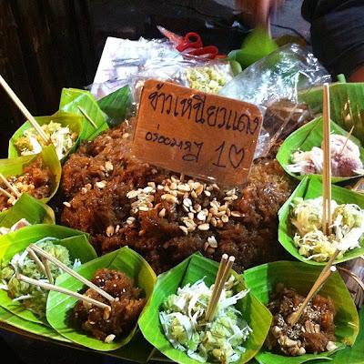 Thai Food Lesson ข้าวเหนียวแดง 蒸した赤いもち米、砂糖、 ココナッツミルクをかき混ぜたもの Red Glutinous Rice