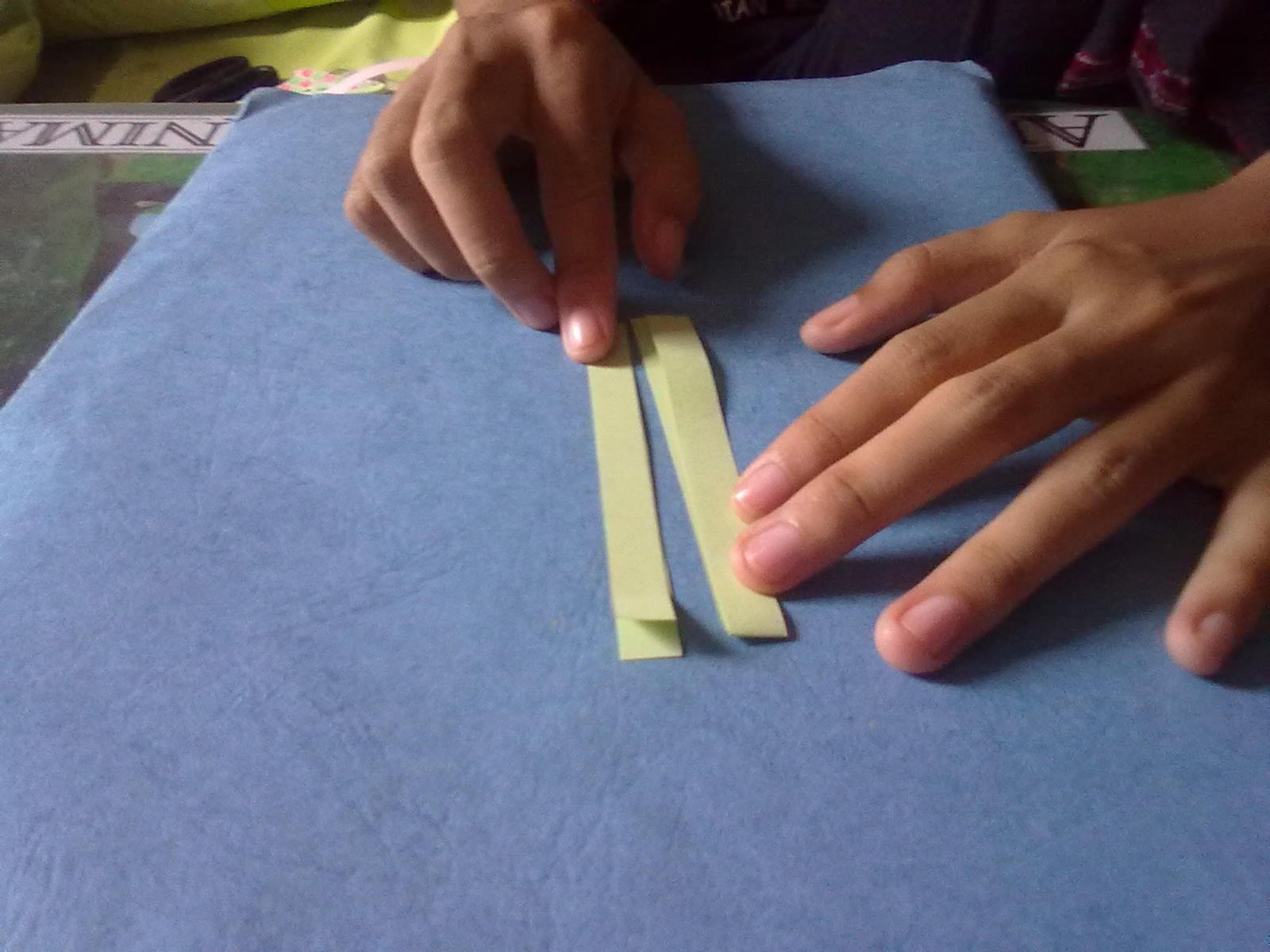 Lalu.. Sejajarkan 2 kertas hijau dan harus berlawanan arah..