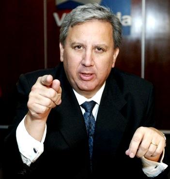 Hernán Garrido Lecca apuntando con el dedo