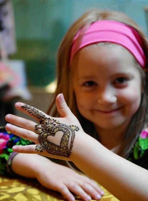 Anak perempuan cantik pakai henna model terbaru