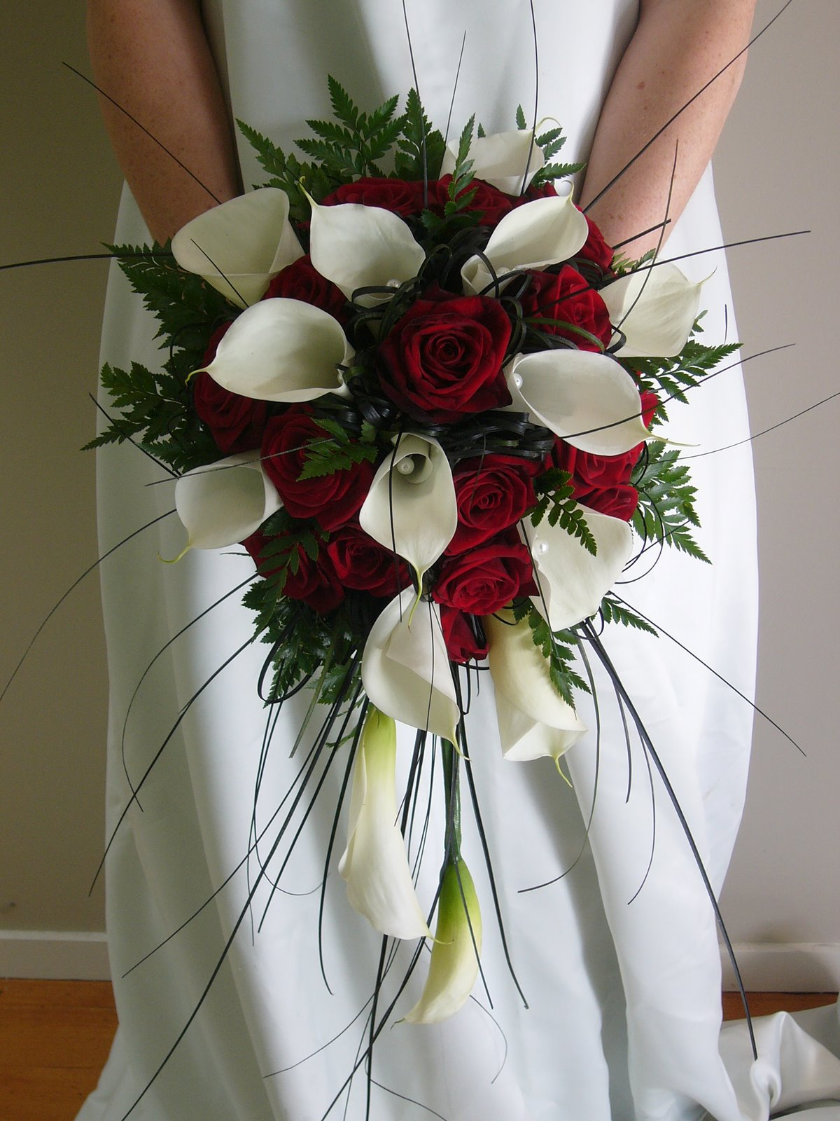 Wedding Flowers Roses And Lilies : Musings of a bride christmas themed wedding bouquet
