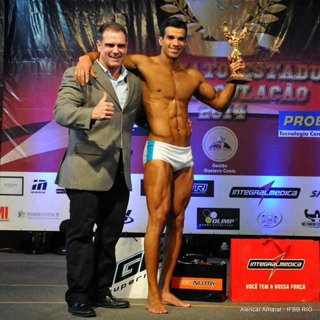 Pedro Lívio recebe o troféu de Campeão Body Shape do Mr. Rio 2014 das mãos de Gustavo Costa, presidente da IFBB-Rio. Foto: Alencar Amaral