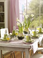 Празнична трапеза за Великден свежа декорация в зелено с нарциси