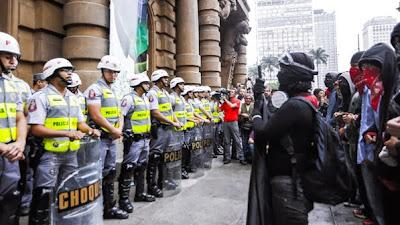 Manifestação dos Black Blocs em São Paulo - Um Asno