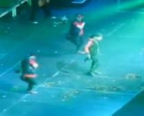 justin bieber egg attack funny news sydney kena baling telur masa konsert concert 17 tahun  persembahan