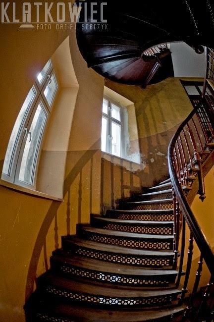 Świdnica. Kręcone schody na klatce schodowej.