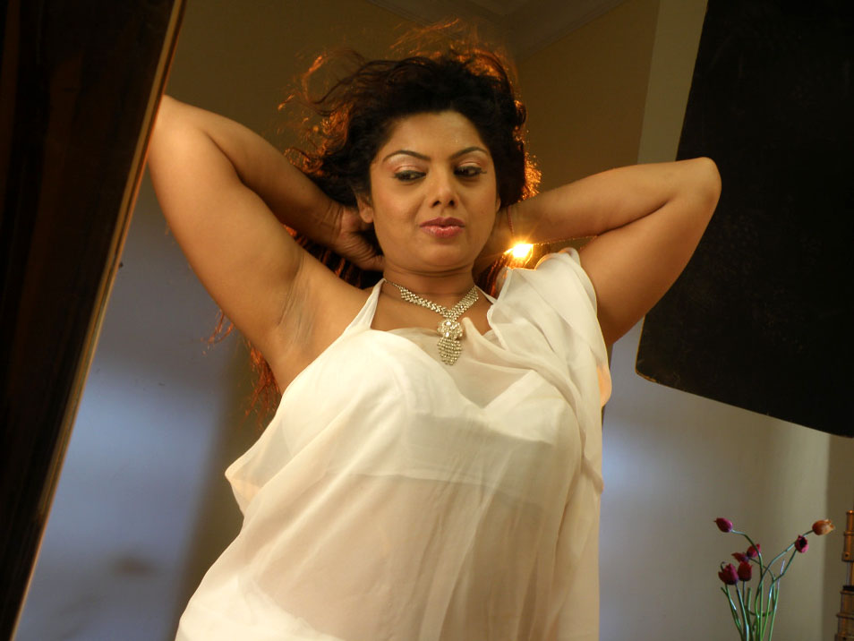 South Indian aunty actress Swathi Varma aka Swathika hot navel and ...