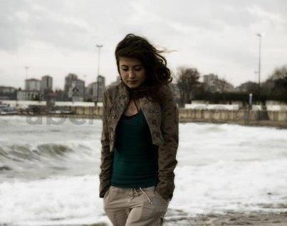 لماذا تركني حبيبي - فتاة وحيدة حزينة تمشى على البحر فى العاصفة