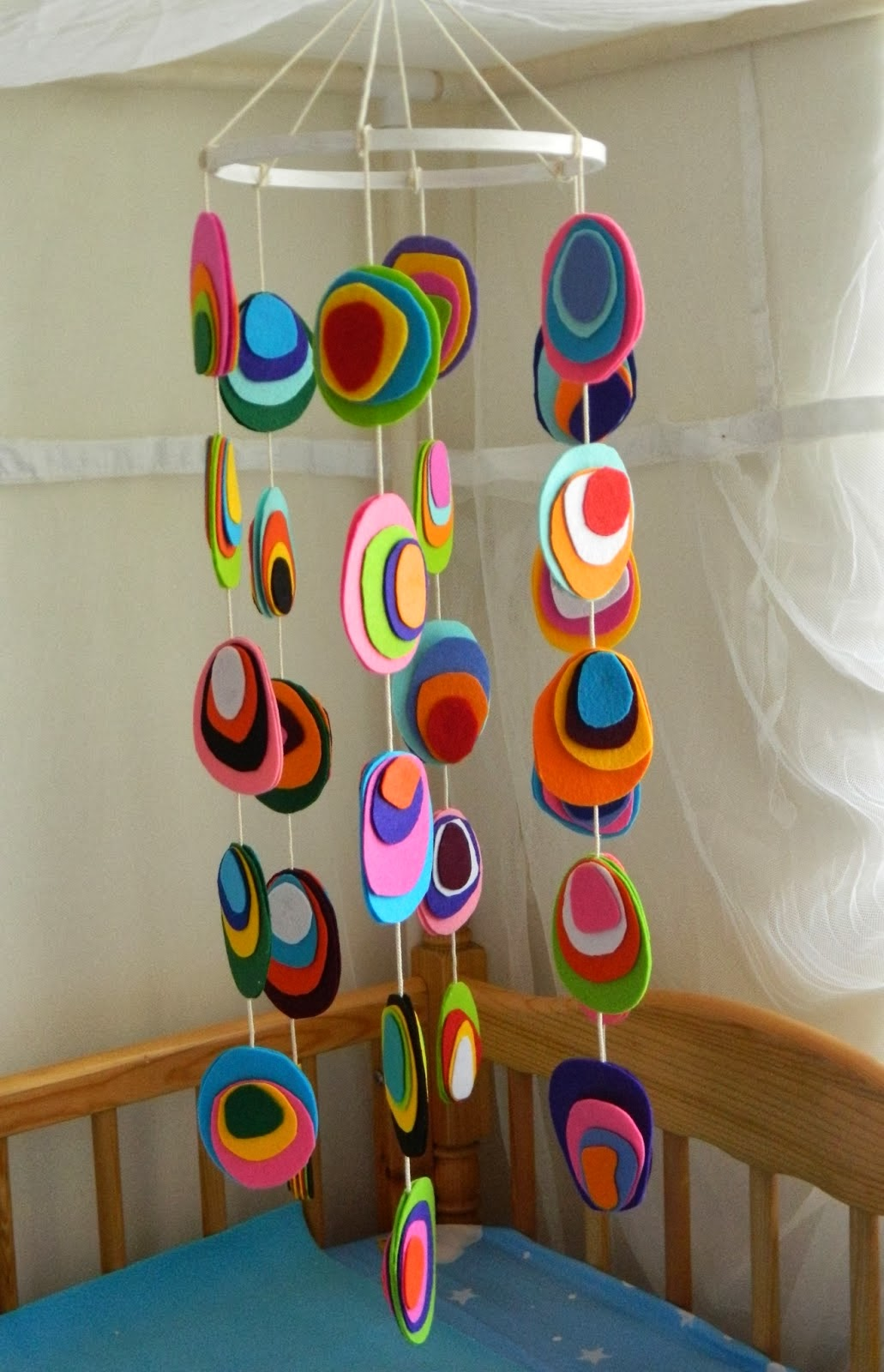 6 homemade baby crib mobiles diy craft projects for Diy baby mobile felt