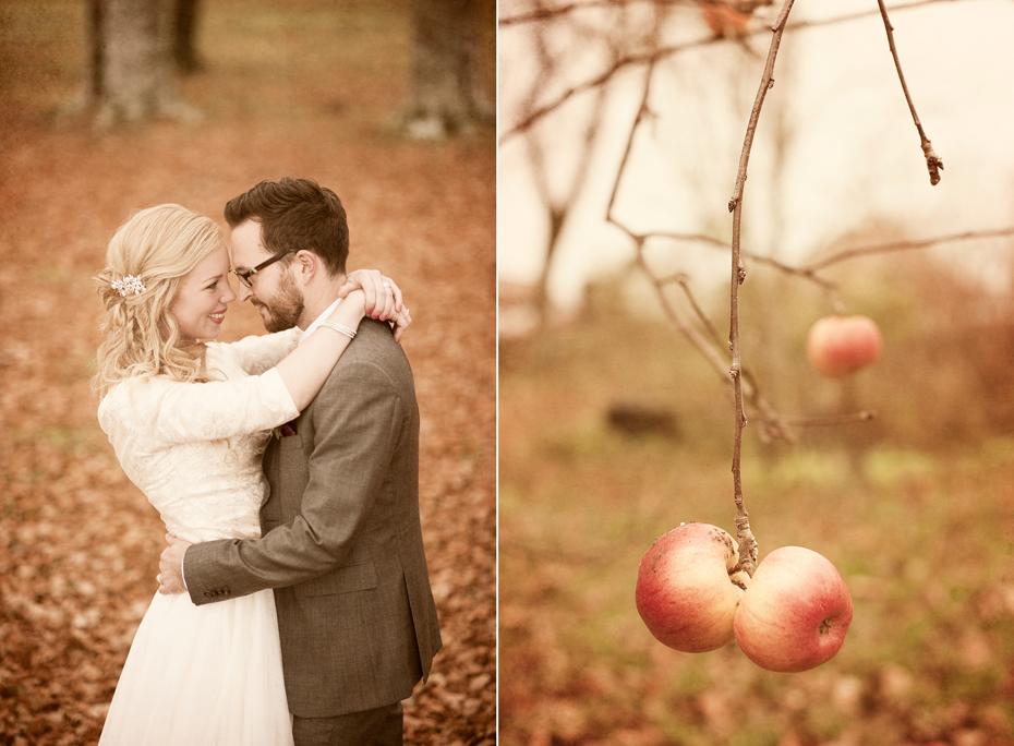 Brudepar og to epler, bryllupsfotografering om høsten, bryllupsfotograf Trine Bjervig, tønsberg, asker og bærum