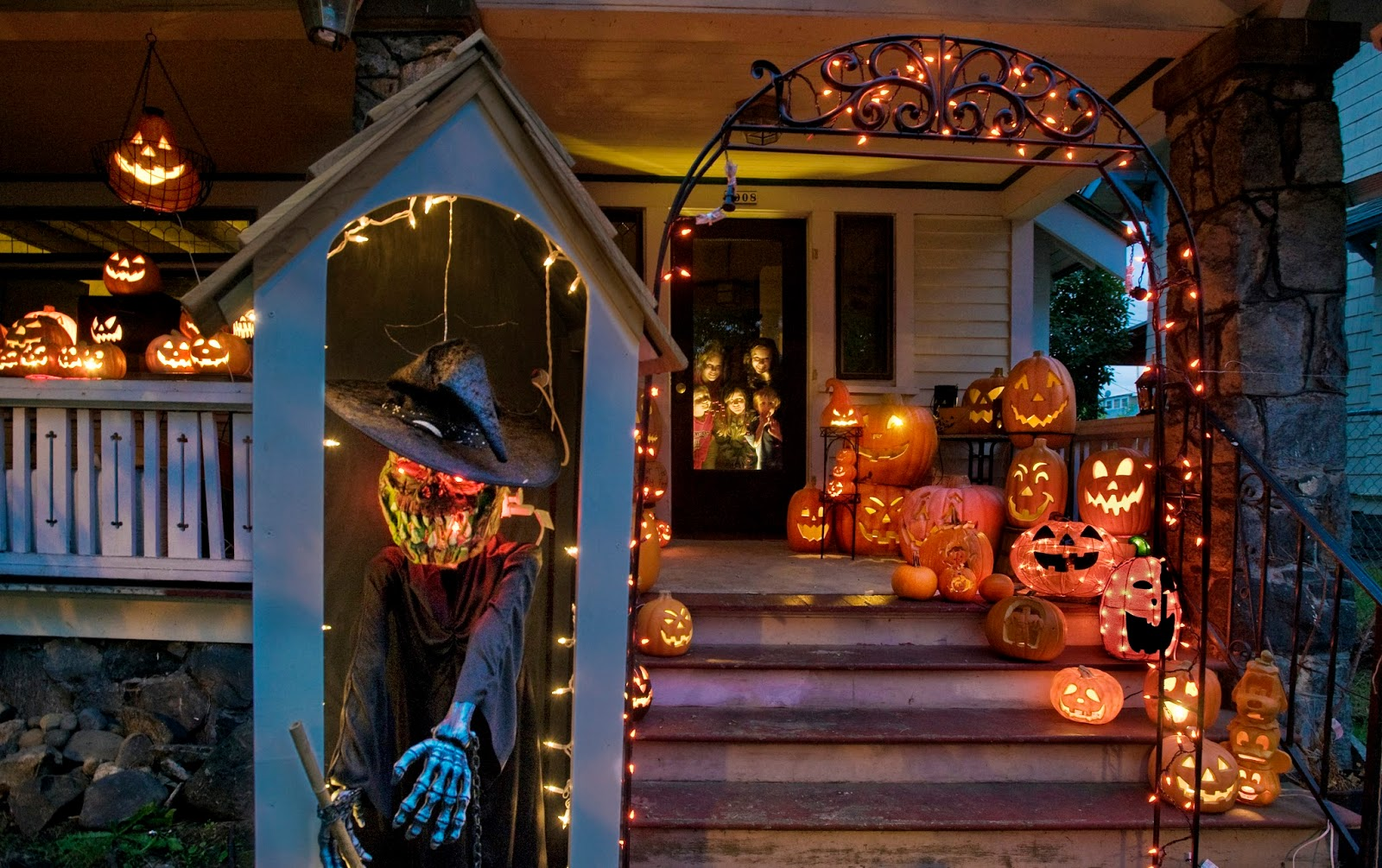 Halloween costumes 2017 halloween yard decoration displays for Front yard decorating ideas