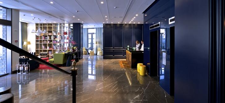 Dark lobby design in Hotel Indigo in Tel Aviv