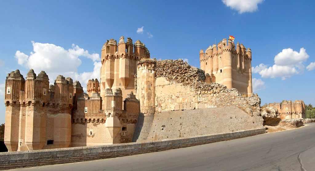 Castelo de Coca: torre de menagem à direita da foto