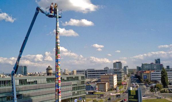 KREN digunakan untuk menyiapkan menara Lego itu.