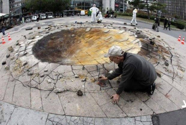 seni 3 dimensi meteor di jalan trotoar