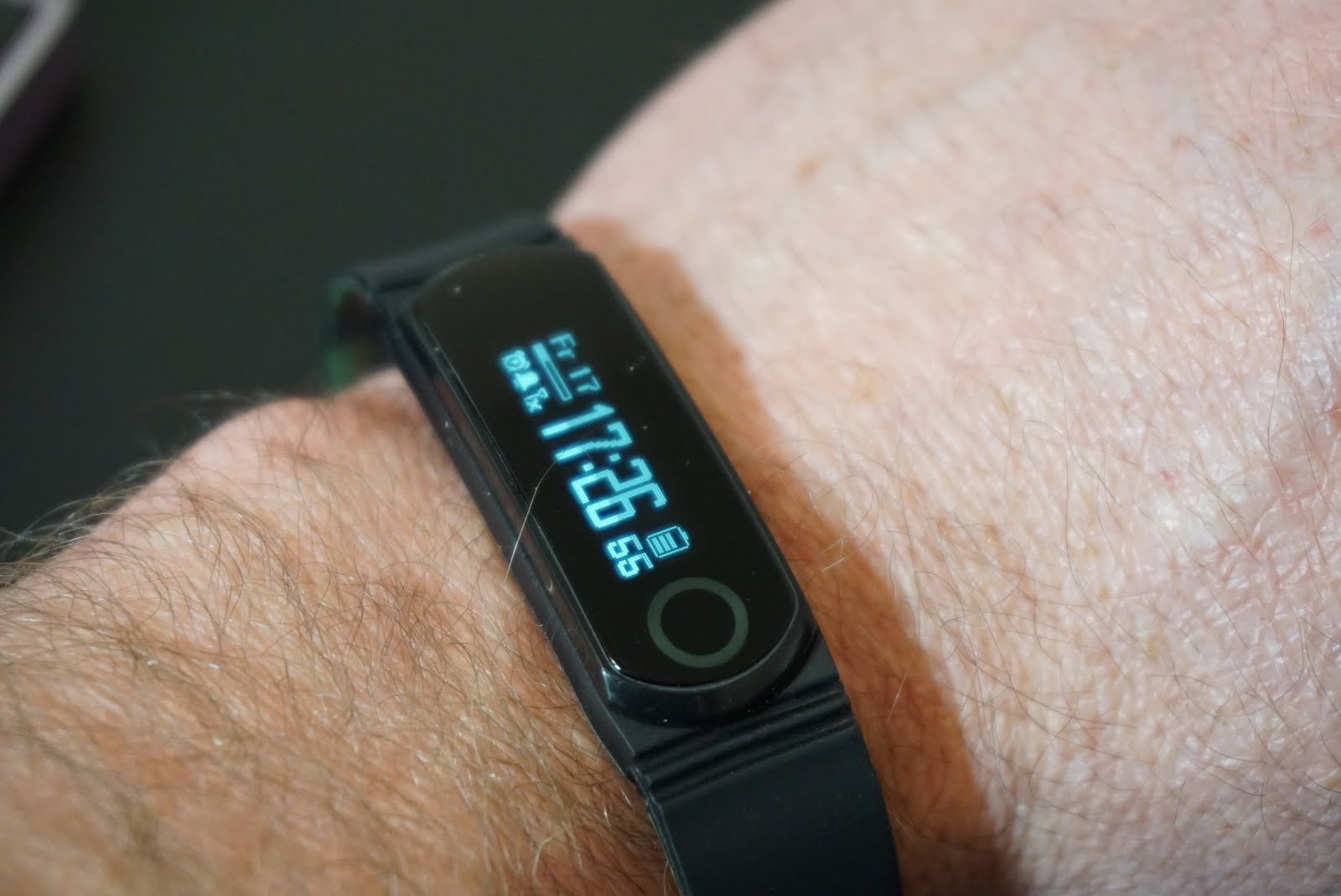 Q band fitness tracker review tutorial geek the q band ex fitness bandtracker is a cheaper alternative to devices such as the fitbit one fitbit flex or fitbit alta yet offers more features baditri Gallery