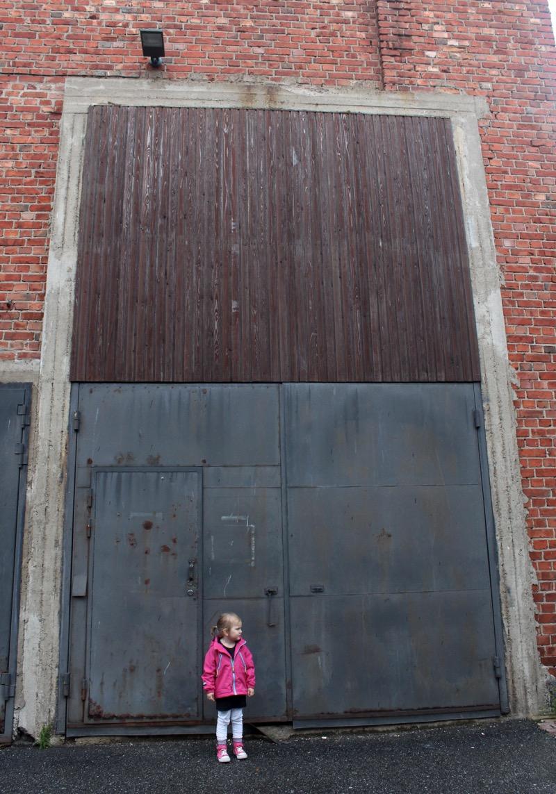 Pieni tyttö ja iso ovi