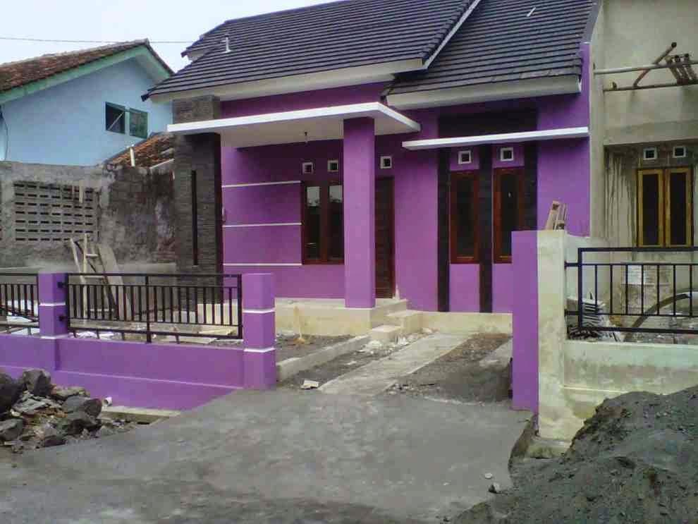 contoh kombinasi warna cat depan rumah ungu