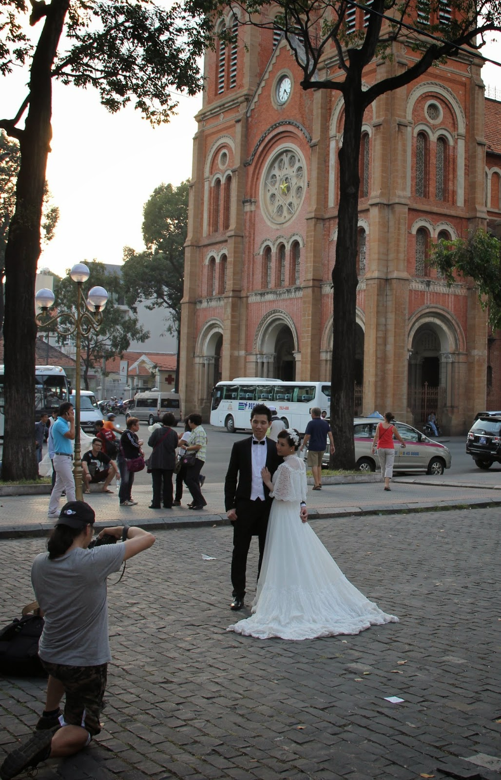 Bride and groom in front of Notre Dame cathedral.