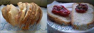 Tomates secos feitos no forno de microondas com pão italiano. Uma delícia