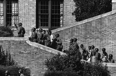 Солдаты 101-й воздушно-десантной дивизии сопровождают «девятку из Литл-Рока» на занятия в школу