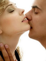 Ciri Wanita Hot di Ranjang dari Cara Berciuman