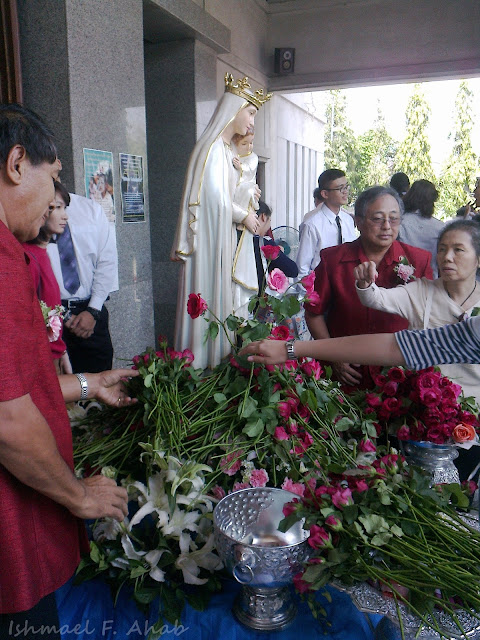Thai Catholics offering roses to Mary.