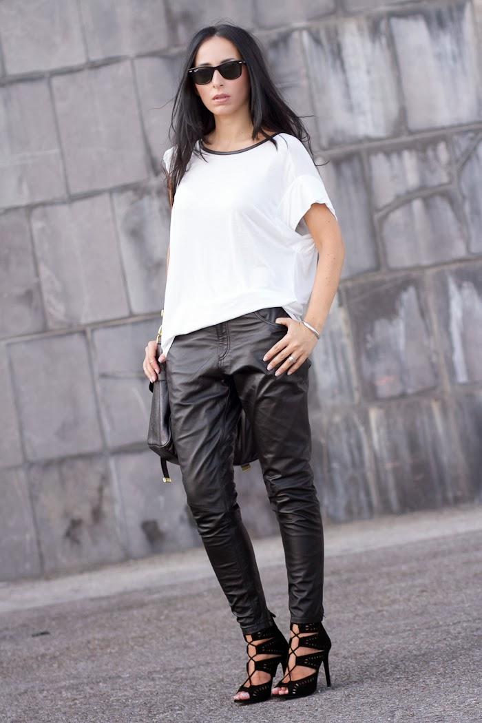 Look blanco y negro con Pantalones de cuero Kirin de Muubaa