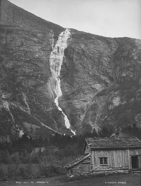 يقع شلالات مونج في النرويج، وهو أطول شلال في البلاد مع هبوط إجمالي يقدر أن يكون 2،535 قدم (773m). ويستخدم معظم احتياجاته من المياه لإنتاج الطاقة الكهرومائية، والذي هو السبب الرئيسي في كونه جافا معظم السنة - ما لم يحصل هناك ذوبان كبير من الثلوج (منتصف الربيع وحتى منتصف الصيف).