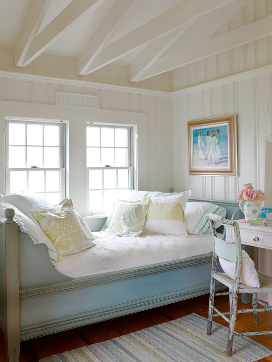 cottage style bedroom. I am inspired by the beautiful cottage style rooms below  hope you are as well Happy weekend Mix and Chic Cottage decorating ideas