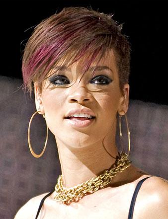 Rihanna açık kahve saç rengi ve mor saç rengi