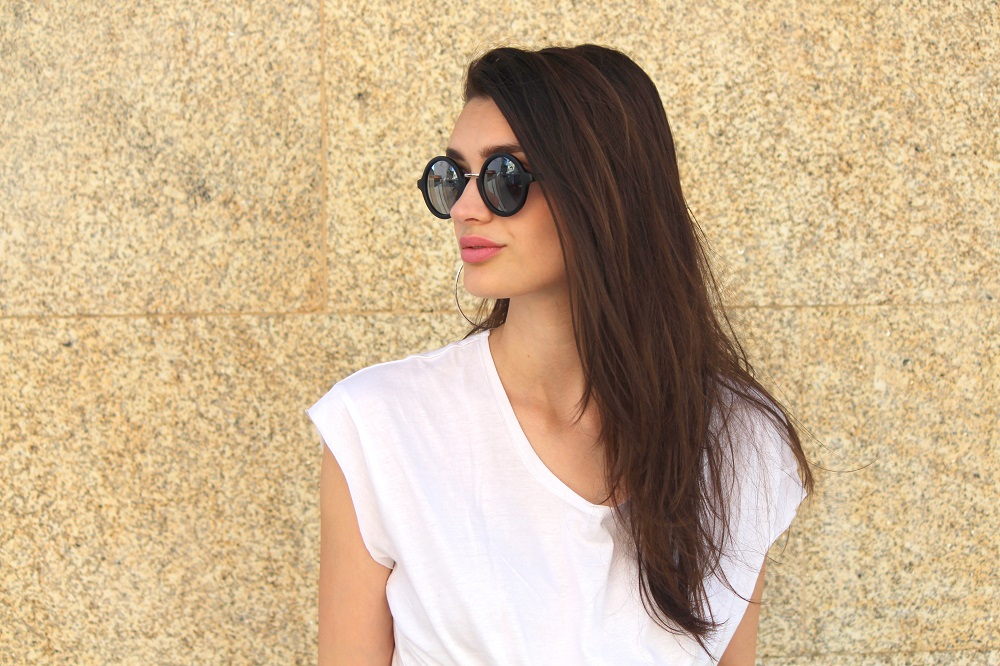 peexo fashion blogger wearing white tee