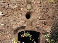 """La inscripció, l'òcul i l'escut de sobre el portal de la Capella del Vilar. Autor: Francesc """"Caminaire"""""""