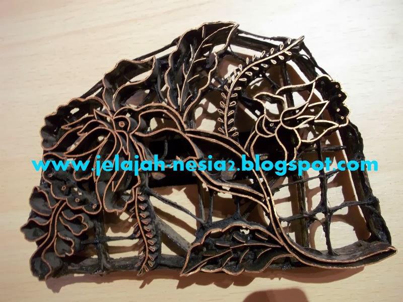 ... bahan dari batik Sidoarjo. Gaun itu tampak indah dan modern