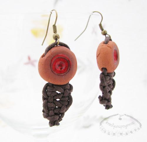 Ceramiczne kolczyki uformowane z brązowej gliny z czerwonym oczkiem 2