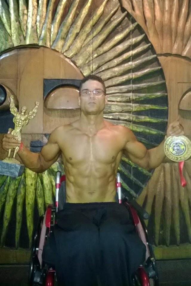 Moreira Júnior mostra o troféu e a medalha conquistados no Campeonato Baiano de Fisiculturismo. Foto: Arquivo pessoal
