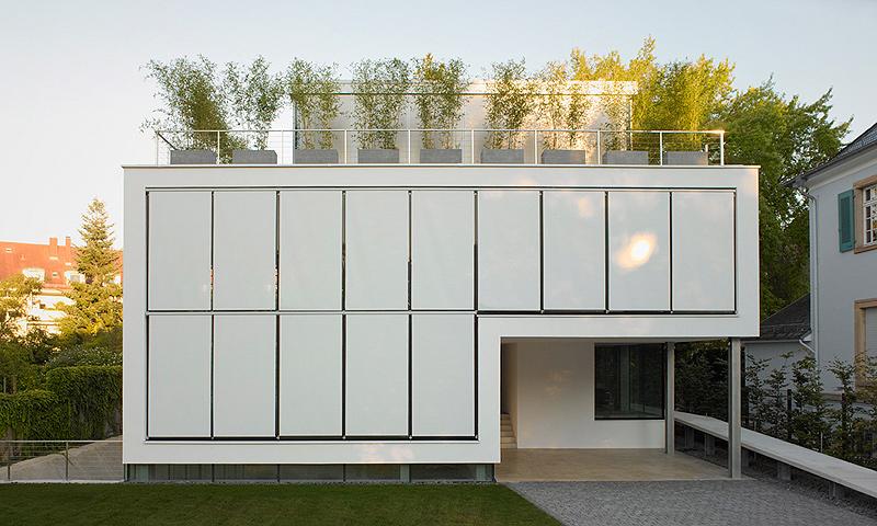 casa minimalista con piscina en el s tano por christ