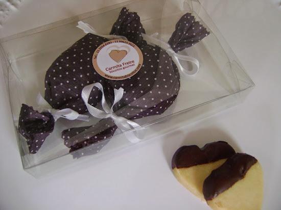 corações banhados em chocolate com menta ,  embalados em papel crepom