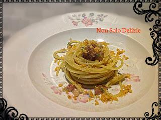 spaghetti con cipolla acciughe prezzemolo e pangrattato