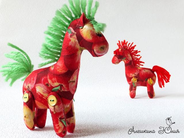 маленькая лошадка игрушка