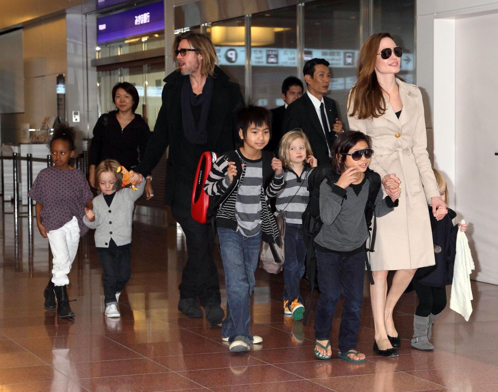 http://2.bp.blogspot.com/-nYD0RWlovds/UQI4wFaRbWI/AAAAAAAAALE/EyZ7FK7hORk/s1600/Brad-Pitt-Angelina-Jolie-and-family.jpg