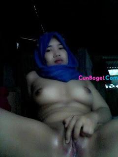 Malay Women - Cikgu Tudung Blue Kangkang Tunjuk Puki Berlendir - Cunbogel.com