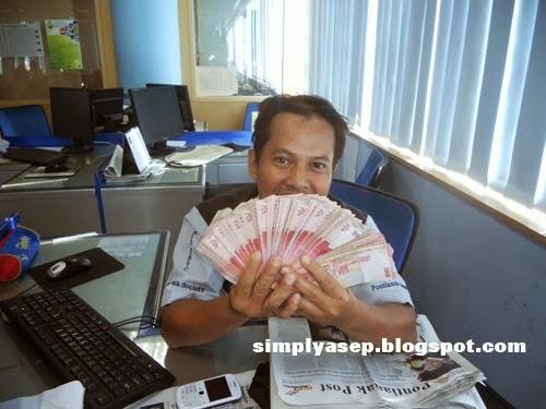 Ini saya sedang memegang gepokan uang milik teman saya,  Saya cuma gaya aja.  Foto Kessusanto Liuvia/Pontianak Post