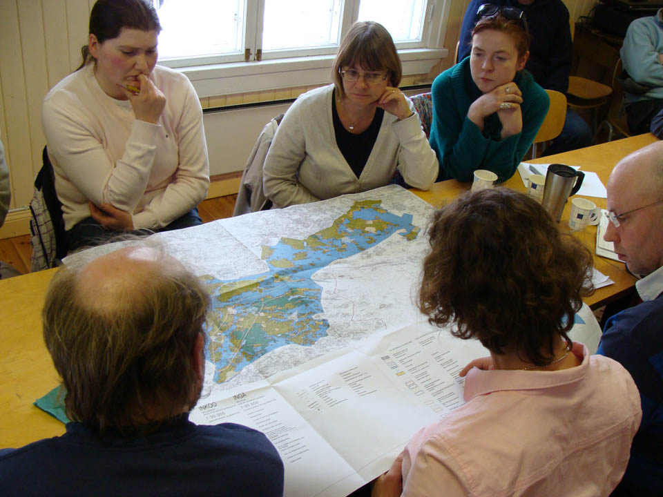 Emilia Horttanainen, tekniska chefen i Ingå kommun, visar generalplanen för Ingås inre skärgård