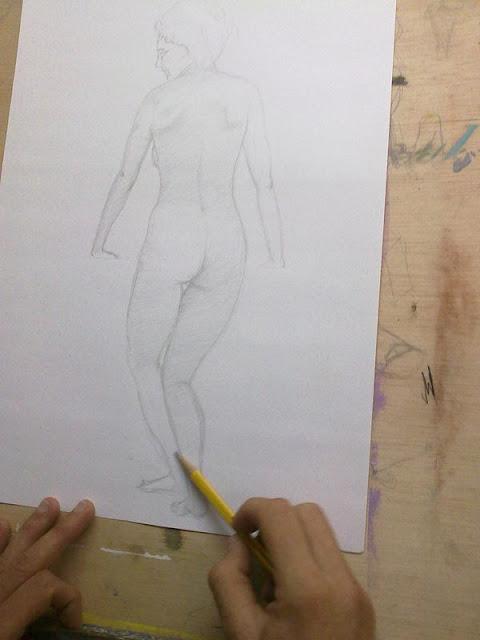 dibujando con grafito modelo femenino de espaldas