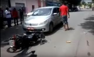 Taxista bate de frente com motoqueiro após tentar ultrapassagem em Cajazeiras; Vídeo