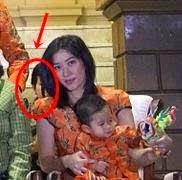 SERAM Hantu Wanita di Foto Keluarga Presiden Indonesia