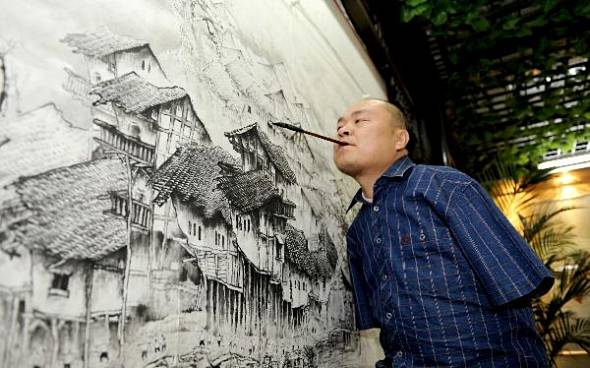Huang Guofu pintando con la boca