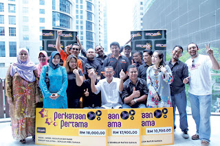 PARA petugas Sinar FM bersama para pemenang peraduan Perkataan Pertama yang dianjurkan pada Mac lalu